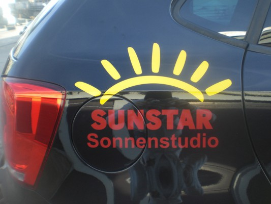 Logo-Beschriftung auf Heckseite eines VW Polo.